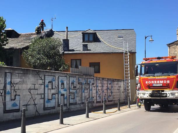 Los bomberos actuando en la calle Hospital