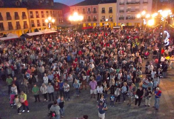 Cientos de personas asistieron como es habitual a la lectura del pregón / BierzoDiario.com