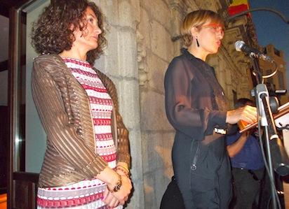 Beatriz Escudero da lectura a su pregón; a su lado, la alcaldesa de Ponferrada / BierzoDiario.com