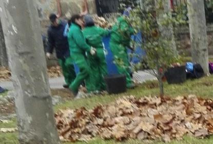 Alumnos del taller de empleo realizando labores de limpieza en Compostilla