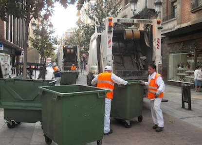 Recogida de basura de los contenedores en avenida de España / BierzoDiario