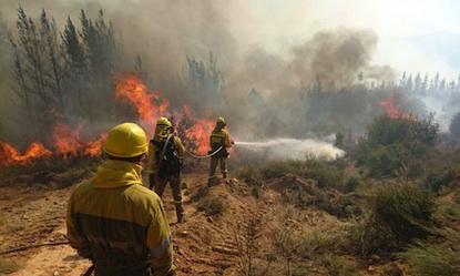 Un incendio que amenaza a San Miguel de Langre obliga a cortar la carretera