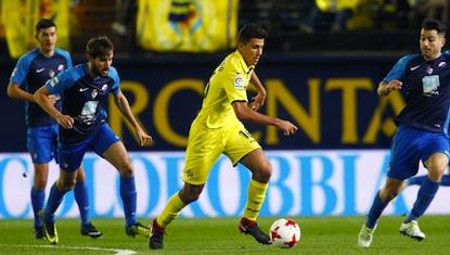 Tres jugadores de la Ponferradina rodean a un contrario / @VillarrealCF